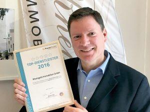 Jaap Westermann mit der Urkunde von ProvenExpert