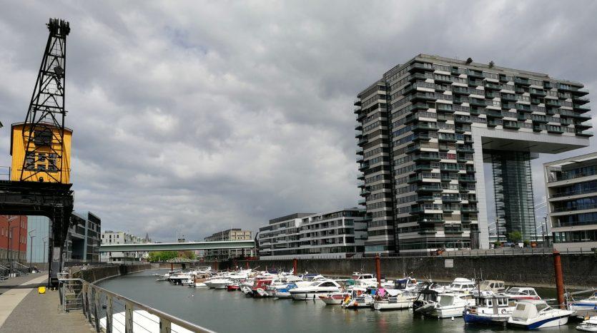 Der Rheinauhafen - in der Mitte der Sporthafen, links ein historischer Kran, rechts eines der Kranhäuser