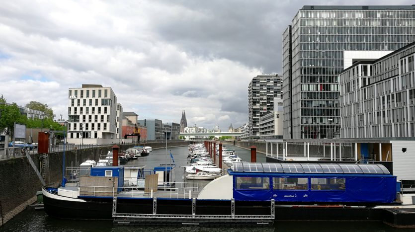 Domblick vom Rheinau-Jachthafen Köln aus, im Vordergrund das Gebäude mit Hafenmeister, Sanitäranlagen etc.